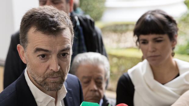 Los portavoces de IU-LV-CA, Antonio Maillo (i), y de Podemos, Teresa Rodríguez (d).