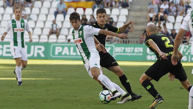 El lateral izquierdo del Córdoba B Mena, en el partido con el primer equipo ante el Alcorcón