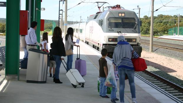 Pasajeros en la estación de Villanueva de Córdoba