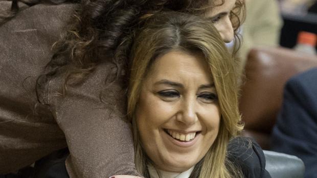 La consejera de Hacienda junto a la presidenta de la Junta, en el Parlamento