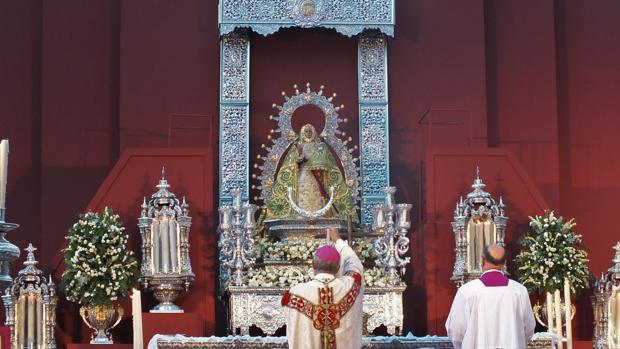 El obispo, ante la Virgen de la Cabeza