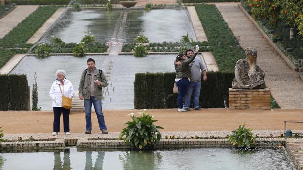 Visitantes al jardín del Alcázar de los Reyes Cristianos
