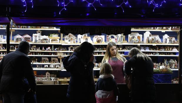 Uno de los puestos del mercado navideño de las Tendillas