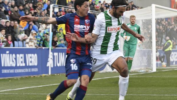 Javier Soler pelea la pelota con Ávila en el Huesca-Córdoba