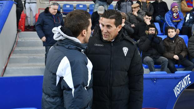 Juan Merino conversa con Rubi antes de empezar el Huesca-Córdoba