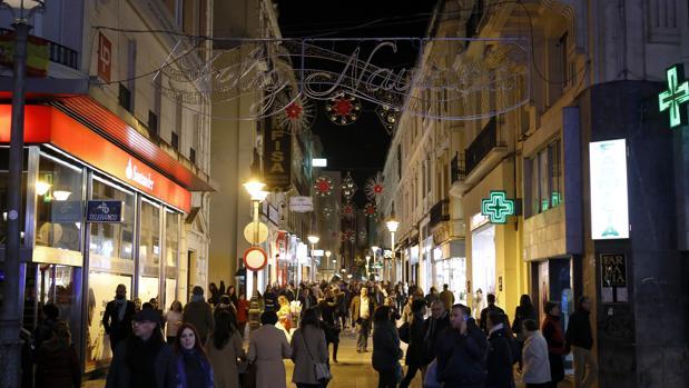 La calle Gondomar, ayer, con la decoración navideña lista pero aún apagada
