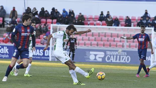 El debutante Soler golpea el balón en un momento del Huesca-Córdoba CF en El Alcoraz