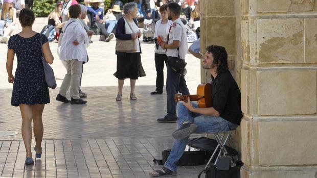 Un guitarrista en la Puerta del Puente