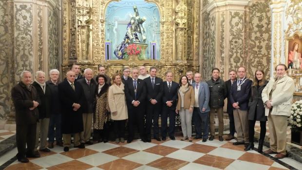 Cofrades y asistentes a la misa, en la capilla de Jesús Caído
