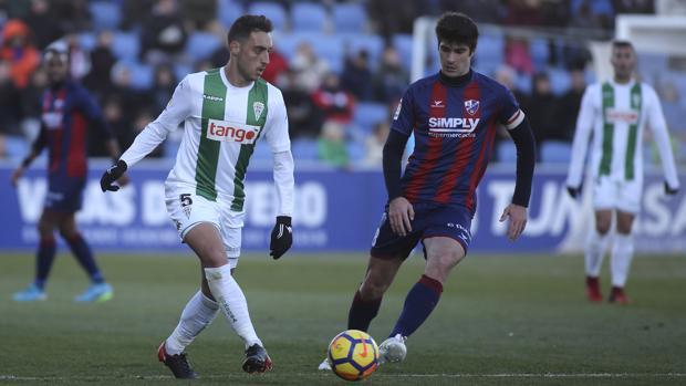 Sergio Aguza conduce la pelota ante Melero, capitán del Huesca