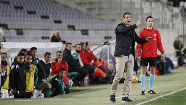 Juan Merino da indicaciones durante un partido del Córdoba CF en El Arcángel