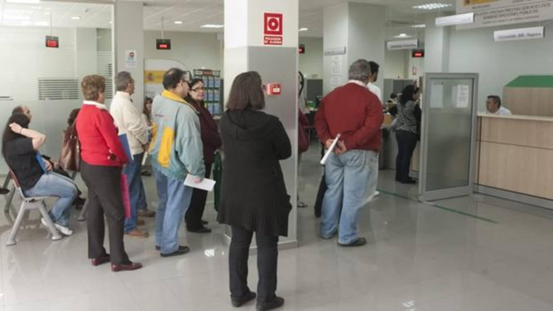 El paro en andaluc a baj en personas en noviembre y for Oficina de desempleo malaga