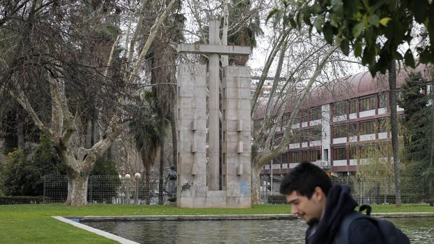 Cruz a los Caídos junto a la Subdelegación del Gobierno de Córdoba