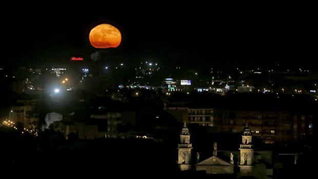 La superluna sobre el cielo cordobés