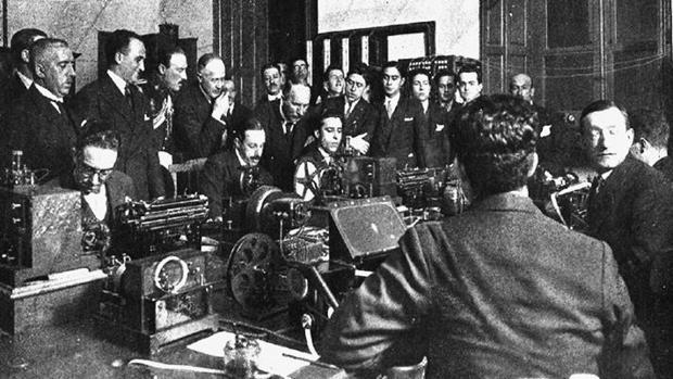 El Rey Alfonso XIII, en las instalaciones de Italcable en Málaga