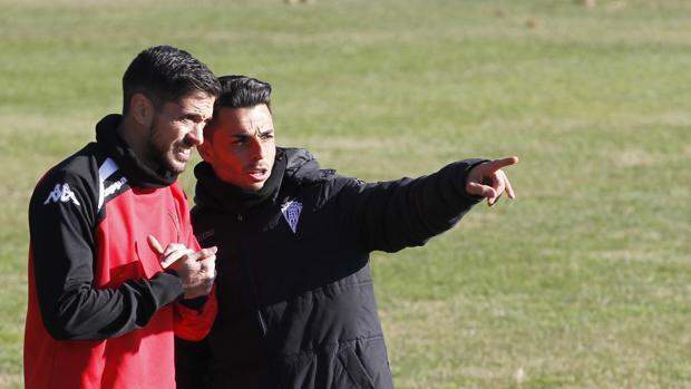 El entrenador interino del Córdoba CF, Jorge Romero (de negro), en el entrenamiento del martes