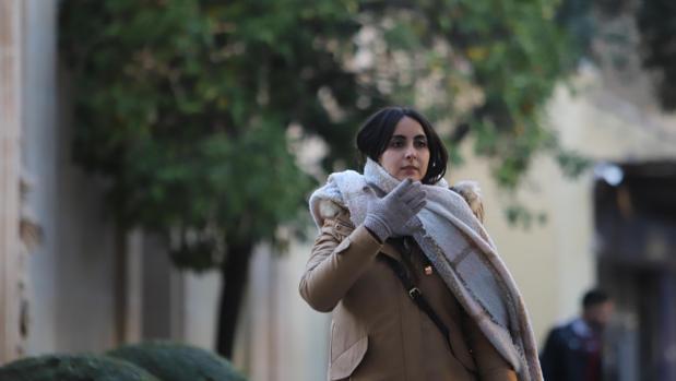Una mujer abrigada durante un paseo por Córdoba
