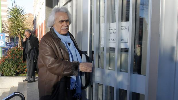 Rafael Gómez abre la puerta de la sede de los Juzgados de Córdoba
