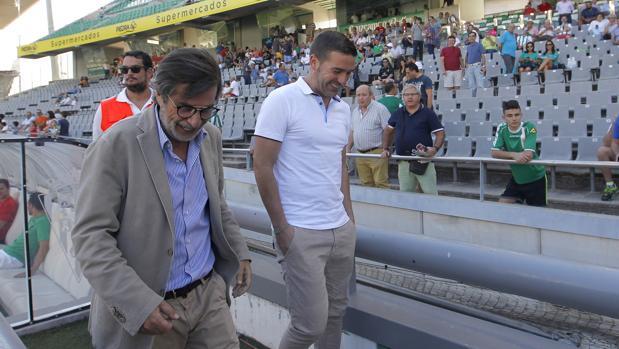 El máximo accionista del Córdoba CF, Carlos González, sonríe junto a Luis Carrión