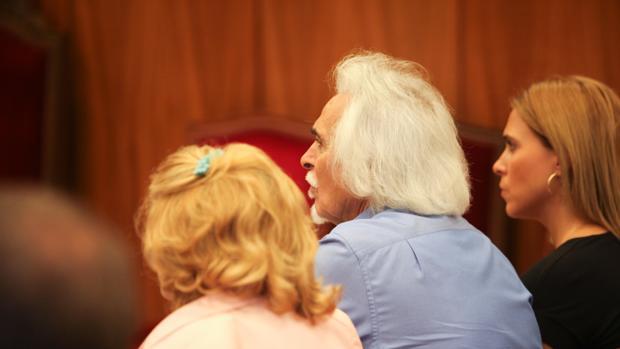 Rafael Gómez en el banquillo junto a su hija y su esposa, de espaldas