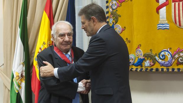 El ministro de Justicia impone la Cruz de la Orden de San Raimundo a Sentob Bendondo