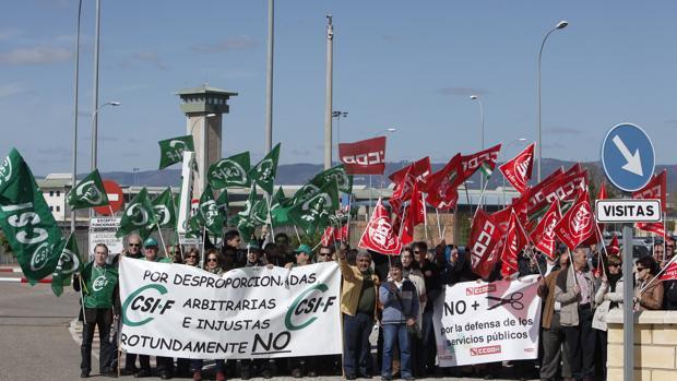 Funcionarios de la prisión de Alcolea en una protesta