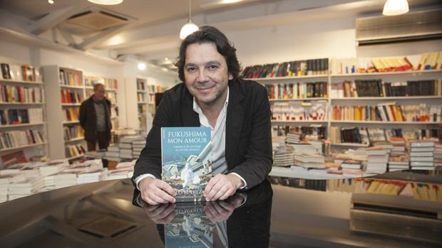 Pablo Manuel Díez, con un ejemplar de su libro, en La República de las Letras