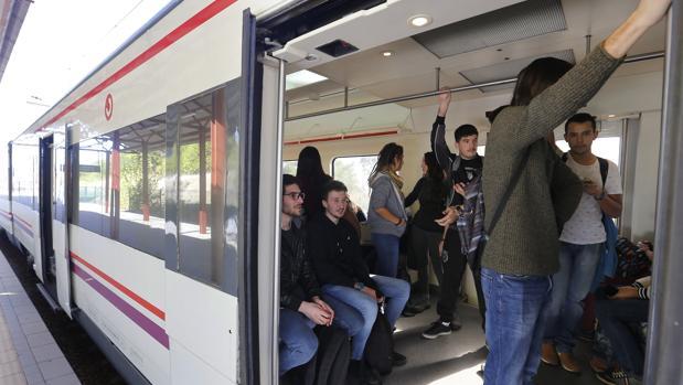 Vagones del servicio de tren que une actualmente sólo la estación central de Córdoba con el campus de Rabanales