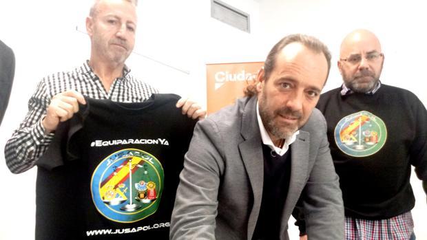 El portavoz de Ciudadanos en Málaga, Juan Cassá, junto a los agentes Miguel Ángel Millán y Ernesto Bernal