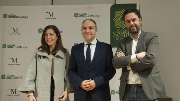 Elías Bendodo, flanqueado por Marina Bravo y Raúl Jiménez
