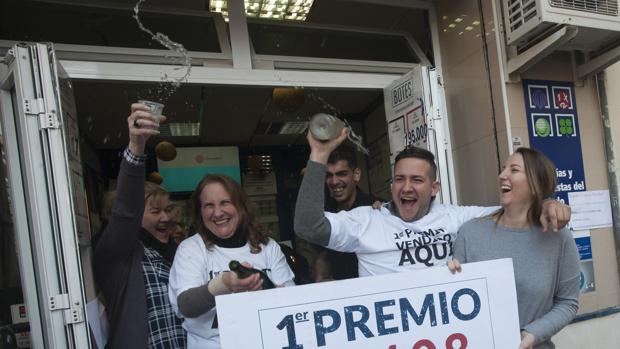 La lotera Catalina García celebra junto a sus hijos y vecinos el Gordo que ha repartido este viernes
