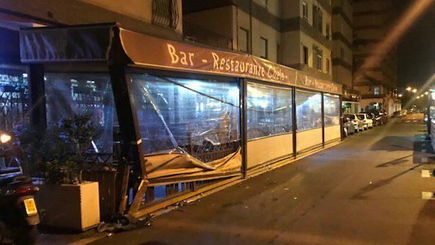 El evidente impacto que dejó la furgoneta en el bar «El Chele»