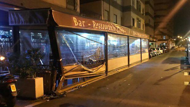 El bar El Chele tras el impacto del vehículo