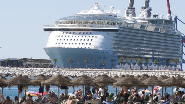 Un gran crucero, atracado en uno de los muelles del puerto malagueño