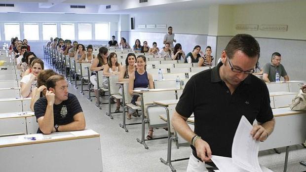 Opositores en un aula antes de empezar el examen
