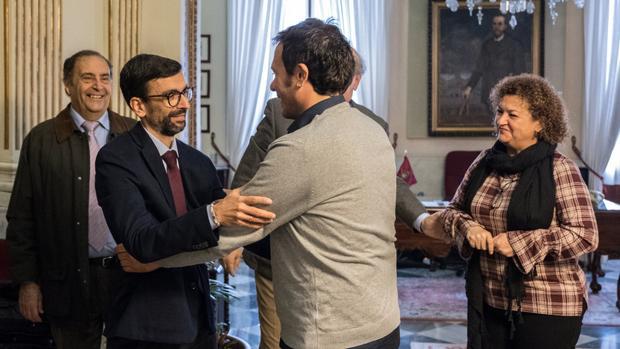 El alcalde recibe a Juan Carlos Torrejón.