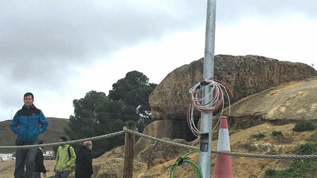 A la entrada del dolmen de Menga sorprende el poste instalado por la Junta