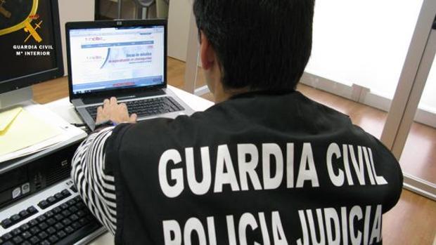 Un agente de la Guardia Civil trabaja con un dos ordenadores