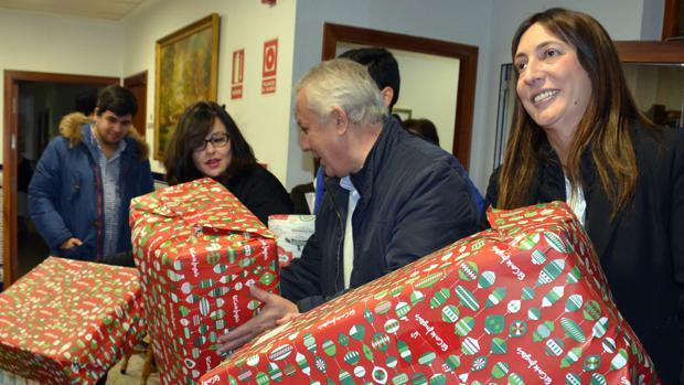 El vicesecretario general del PP, Javier Arenas, junto a Virginia Pérez y Loles López en una entrega benéfica este miércoles en Sevilla