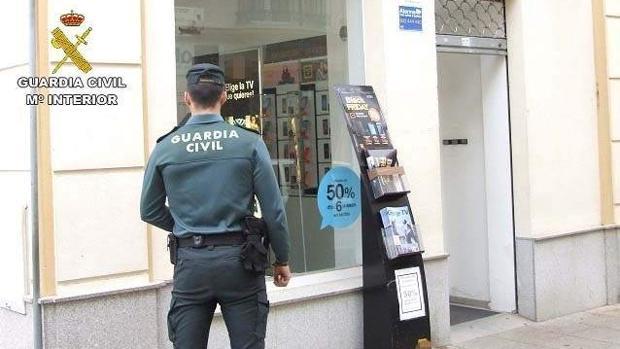 Un agente de la Guardia Civil en una tienda de telefonía