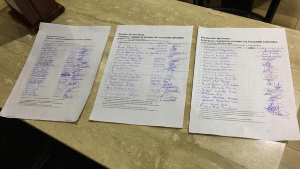 Firmas recogidas por los vecinos en contra del cambio de nombre a Cruz Conde