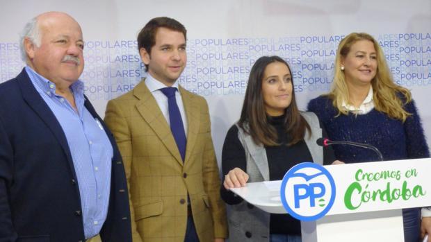 Los representantes del PP en una rueda de prensa en su sede