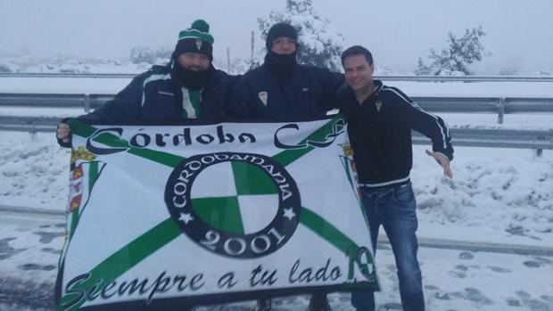 Jiménez, Fernández y Reyes, con la bandera del Córdoba en la AP6 este domingo por la mañana
