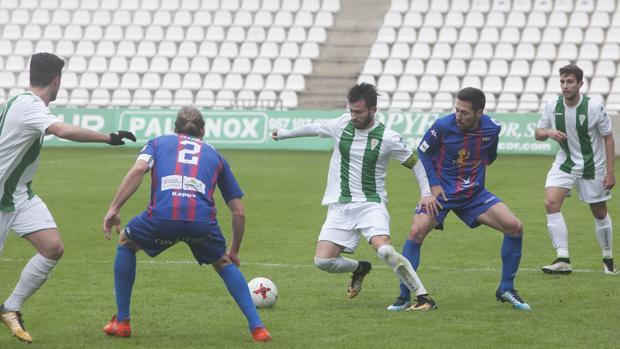 Sebas Moyano intenta marcharse de un rival en el Córdoba B-Extremadura