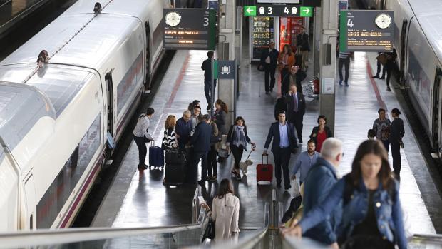 Viajeros en la estación AVE de Córdoba