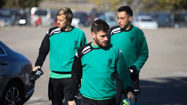 El jugador del Córdoba CF Javi Galán se dirige al entrenamiento