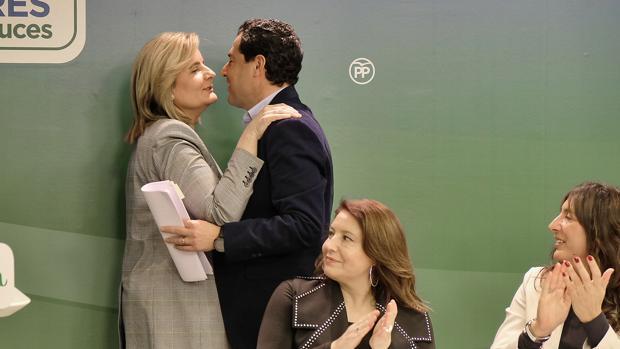 Juanma Moreno y Fátima Báñez se saludan en la reunión de la Junta Directiva Regional del PP