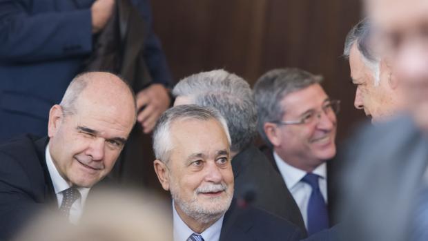 Manuel Chaves (i) y José Antonio Griñán (c), saludan a José Antonio Viera (d)
