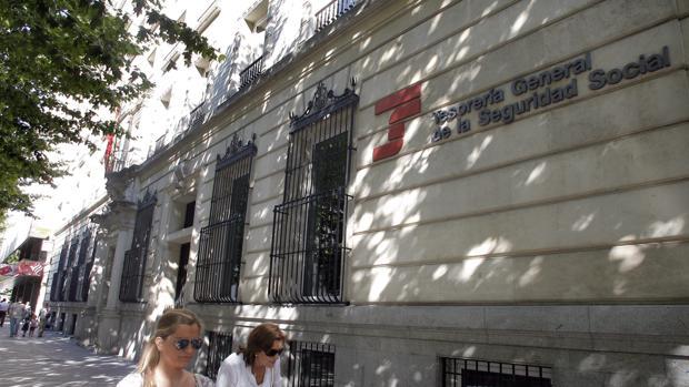 Dos personas pasan por delante de la sede de la Seguridad Social de Ronda de los Tejares