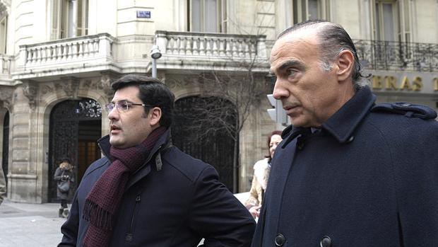 Jesús León y Luis Oliver, a la salida de la notaría en Madrid